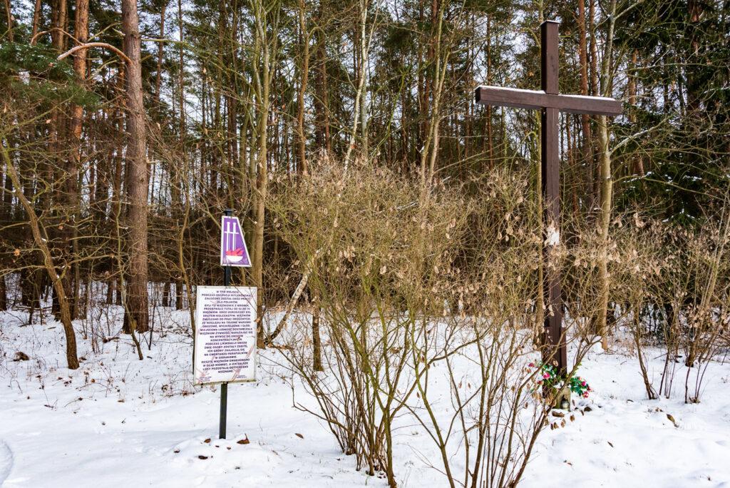 Krzyż Przydrożny upamiętniający założony przez Niemców podczas II WS obóz pracy dla Polaków - fot. Tomasz Koryl / www.relacje-fotograficzne.com