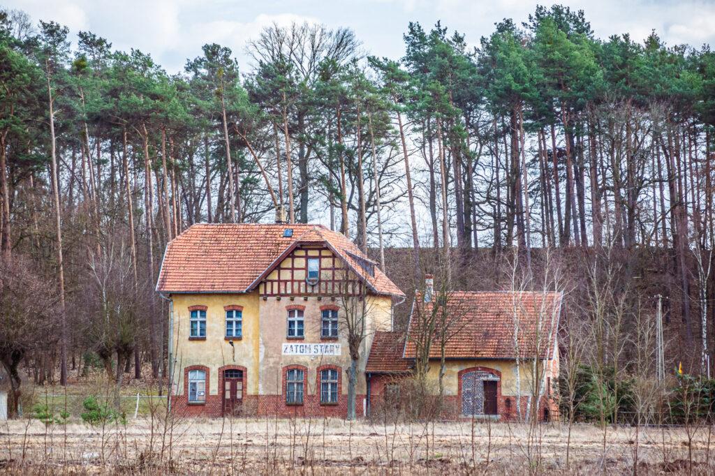 Stacja kolejowa Zatom Stary, gmina Międzychód, Wielkopolska fot. Tomasz Koryl / www.pol-and.com